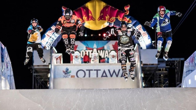 Des patineurs extrêmes parcourent la piste du Red Bull Crashed Ice à Ottawa.
