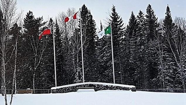 Des drapeaux qui flottent à Red Lake en hiver.