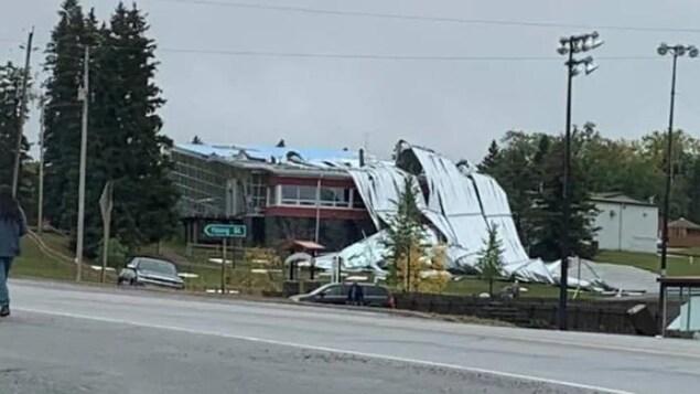 Un immeuble dont le toit est détruit.