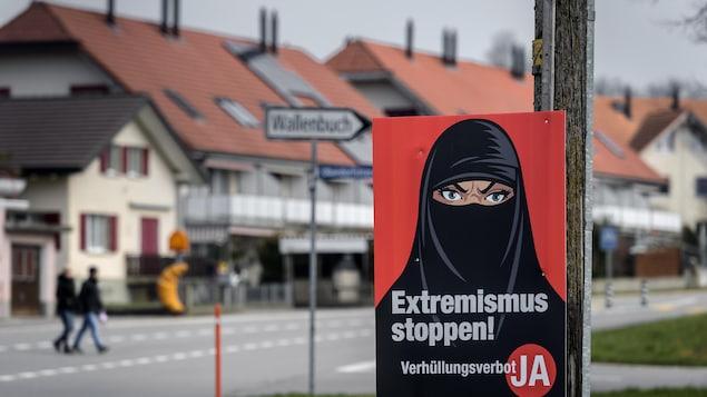 Un panneau sur lequel on peut voir une femme voilée.
