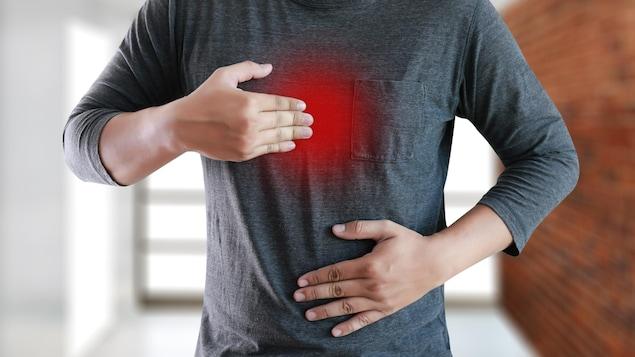 Un homme souffrant d'un reflux gastro-œsophagien ou de brûlures d'estomac.