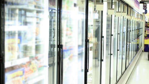Des réfrigérateurs dans un supermarché.