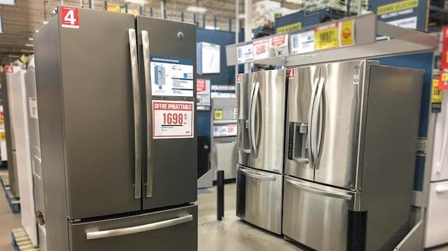 Des réfrigérateurs neufs dans un magasin d'appareils électroménagers