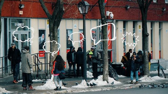 Des personnes fument devant le Centre Booth de l'Armée du Salut à Ottawa.