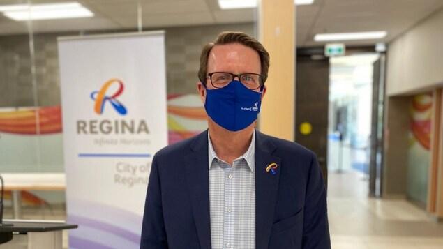 Le maire de Regina, Michael Fougere, arborant un masque