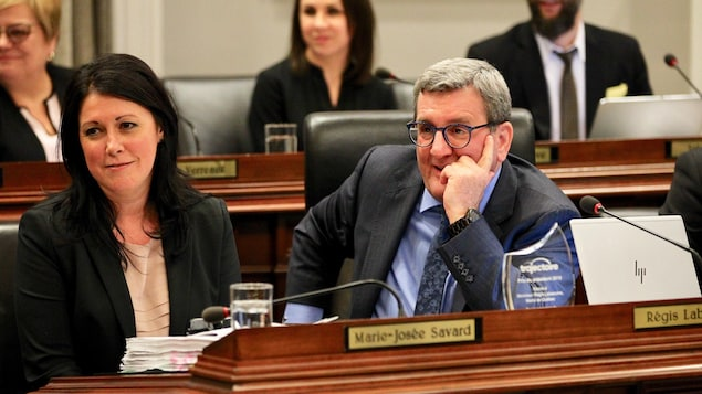 Régis Labeaume et la conseillère municipal Marie-Josée Savard lors du conseil municipal de la Ville de Québec, le 18 février 2019