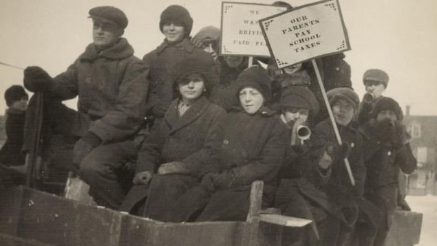Photo d'époque dans laquelle des élèves manifestent contre le Règlement 17 à Ottawa