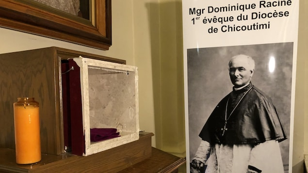 Le présentoir où la relique a été volée, à côté d'une affiche de Mgr Dominique Racine.