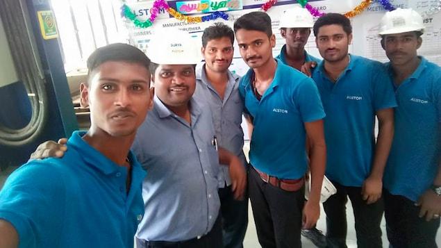 Des employés de l'usine d'Alstom à Sri City, en Inde.