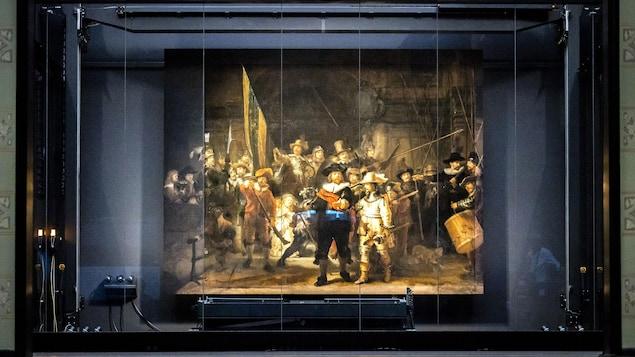 Une toile représentant une milice civile datant de 1642 est exposée derrière une vitre.