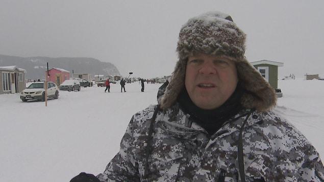 Rémi Aubin en entrevue devant un village de pêche blanche