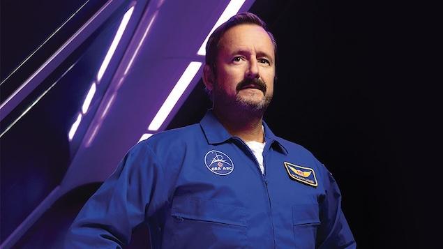 Rémi-Pierre Paquin porte une costume d'astronaute de l'Agence spatiale canadienne sur l'affiche officielle de la pièce de théâtre.