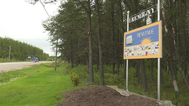 Une affiche indique Bienvenue à Rémigny.