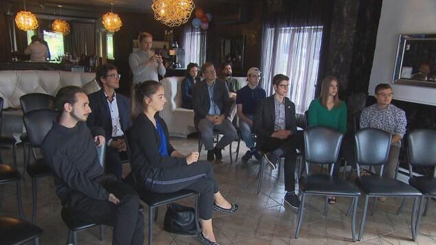 Des gens assistent à une réunion.