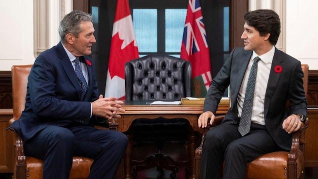 Le premier ministre du Manitoba, Brian Pallister, assis à côté du premier ministre canadien, Justin Trudeau.