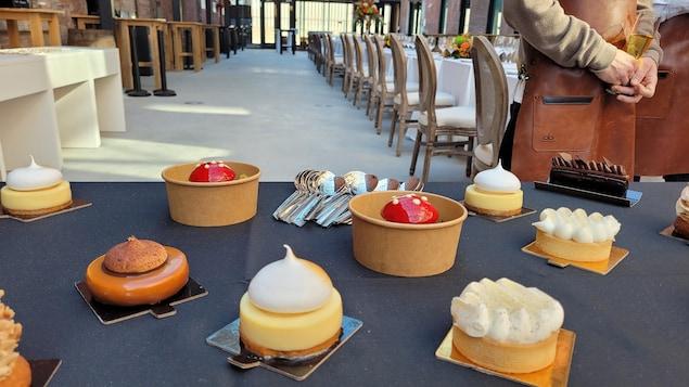 Une table garnie de tartelettes et d'autres pâtisseries.