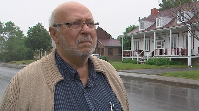 René Cloutier, secrétaire générale de la Société historique de Charlesbourg, en entrevue devant une maison patrimoniale