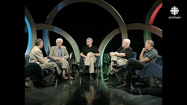 Pierre Dufault s'entretenant avec René Lecavalier, premier d'un panel composée de Lionel Duval, Richard Garneau et Raymond Lebrun.