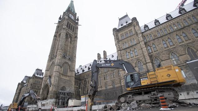 De l'équipement de construction devant la façade de l'édifice du Centre