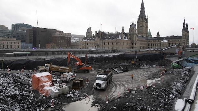 Travaux d'équipement lourd dans la zone d'excavation de l'édifice du Centre