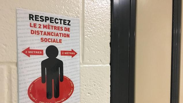Une affiche indiquant les règles de distanciation physique.