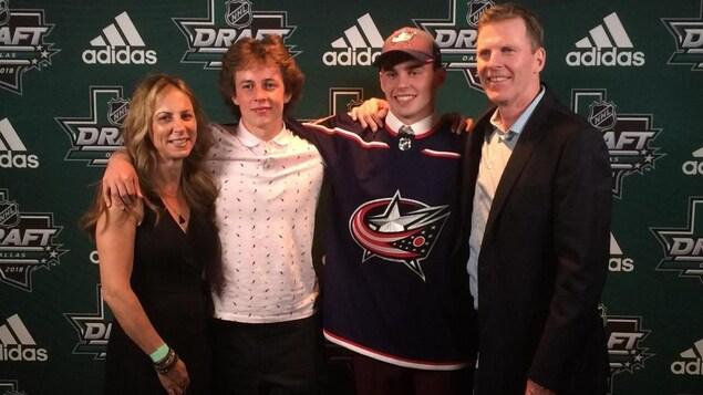 Liam Foudy était entouré de sa mère, France Gareau, de son frère, Jean-Luc, et son père, Sean, lors du repêchage de la LNH.