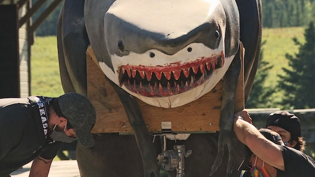 La maquette géante d'un requin avec du sang sur la bouche.