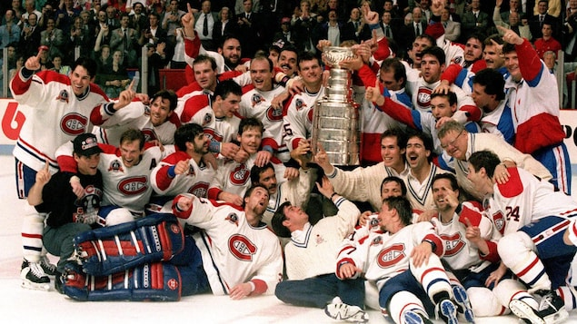 Photo de groupe des joueurs de hockey avec le trophée