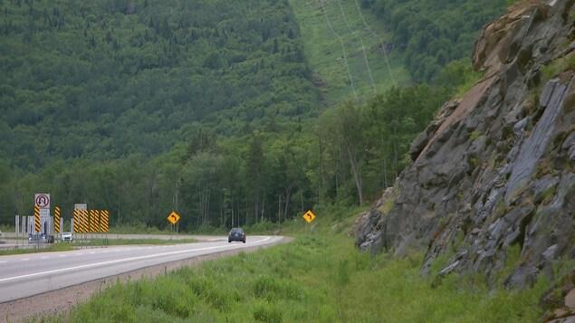 Des véhicules circulent sur la route 175 dans la réserve faunique des Laurentides.