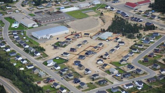 Une vue aérienne de la communauté où les arbres sont relégués en périphérie.
