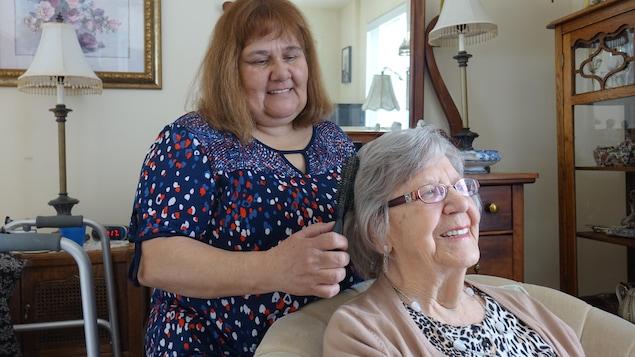 Une bénéficiaire de la Maison Écho du Coeur à Beauport reçoit des soins.
