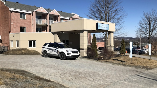 Le devant de la résidence avec une voiture de police.