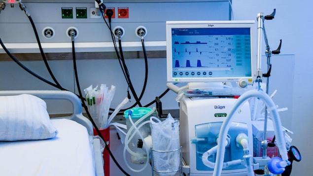 Un respirateur près d'un lit d'hôpital.