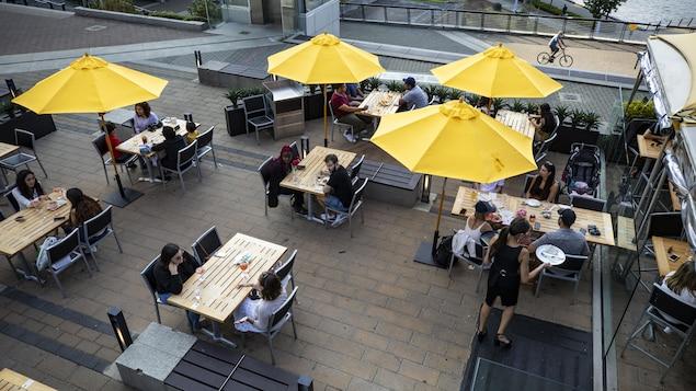 Des clients sur une terrasse de restaurant à Vancouver.