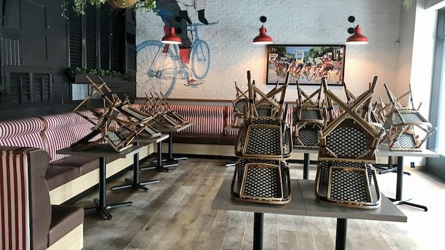 La salle à manger vide du restaurant Cochon Dingue de sainte-Foy à Québec