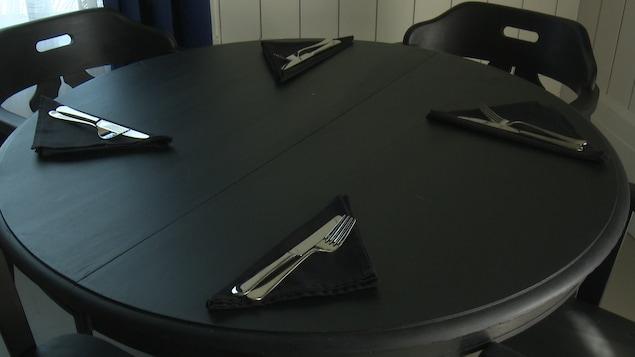 Une table dans un restaurant.