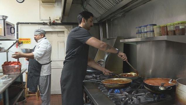 Des cuisiniers d'origine indienne dans un restaurant.