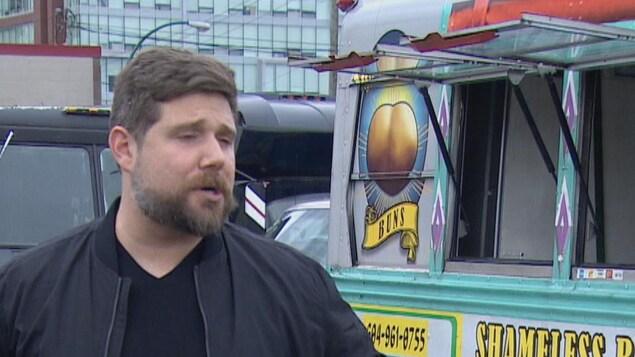 Le menu du restaurant mobile Shameless Buns accroché à la camionnette.