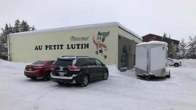 Un casse-croûte avec une murale extérieure disant «Bienvenue au Petit Lutin», avec une image de lutin.