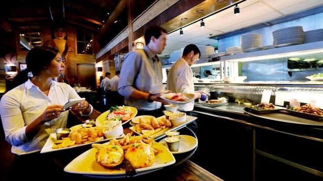 Une scène de service dans un restaurant.