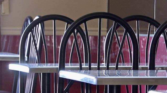 Des tables et des chaises vides.