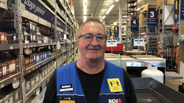Marius Poirier, 67 ans, a pris sa retraite après avoir eu un accident de travail en 2017. Il est retourné travailler, il y a près d'un an, dans une quincaillerie Rona.