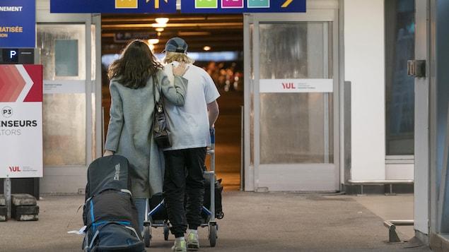 Deux personnes quittent un aéroport.