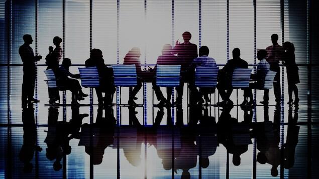 Une réunion de direction dans un bureau