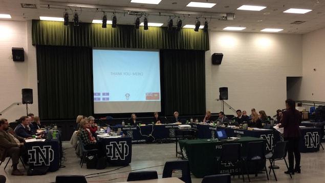 Quelques élèves et une quinzaine de parents ont plaidé pour que le programme soit conservé alors que le conseil scolaire considère son élimination.