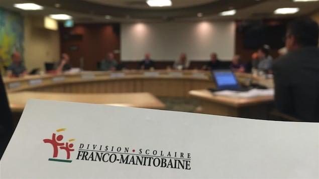 Gros plan sur une feuille d'ordre du jour d'une réunion de la Commission scolaire franco-manitobaine avec l'entête de lettre de la Division scolaire franco-manitobaine.