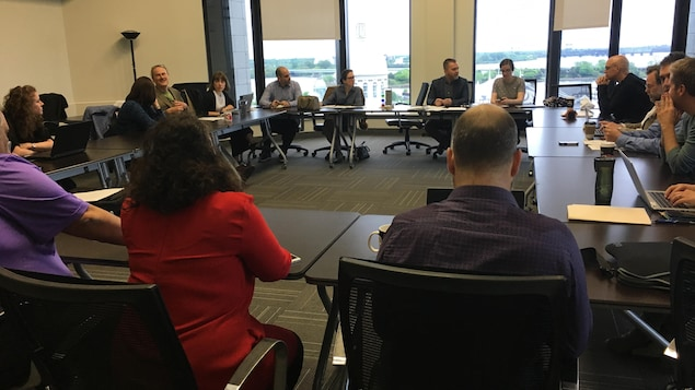 Des membres du parti Projet Montréal réunis en caucus au complexe Chaussegros-de-Léry.