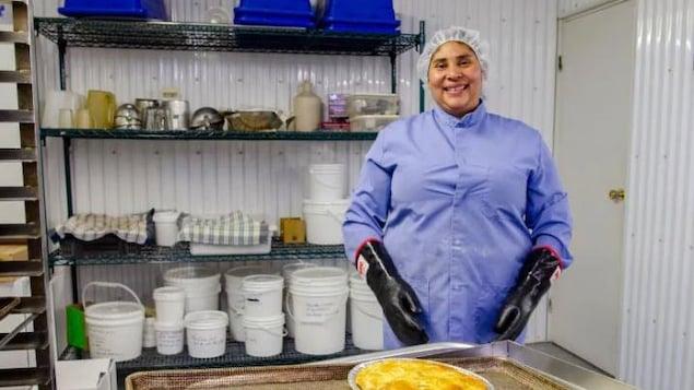 Reyna Garcia sourit à la caméra devant une tarte aux amélanches toute fraîche.