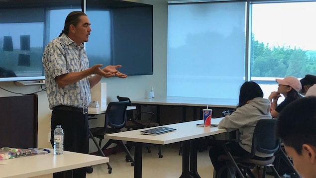 Richard Missens parle devant la classe.