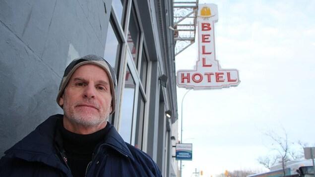 Le directeur général de l'organisme de soutien Main Street Project, Rick Lees, devant l'hôtel Bell.